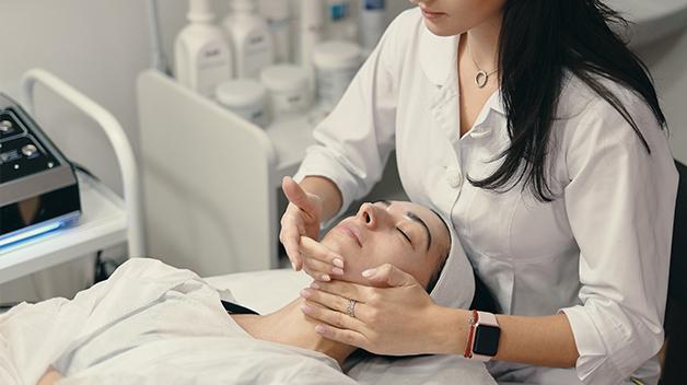¿Qué criterios usar para elegir la aparatología en un negocio de peluquería y estética?